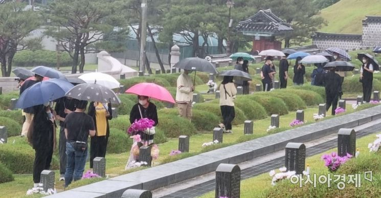 5·18 민주항쟁 41주년을 이틀 앞둔 16일 오전 국립 5·18민주묘지에 추모객들의 발걸음이 이어지고 있다.