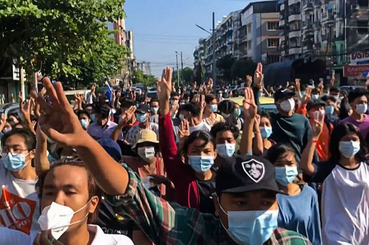 지난 2일(현지 시각) 미얀마 최대 도시 양곤에서 군부 쿠데타 규탄 시위대가 플래시몹 형태의 거리 시위를 벌이며 독재에 대한 저항의 상징인 '세 손가락 경례'를 하고 있다. [이미지출처=연합뉴스]