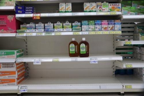 1인당 1개만 구매 가능한 소독용품이 비어 있는 선반. [이미지출처=연합뉴스]