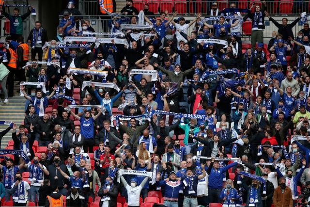 15일 영국 정부의 실험 일환으로 FA컵 결승전에 입장한 관중들이 거리두기와 마스크 없이 경기를 즐기고 있다. [이미지출처=연합뉴스]
