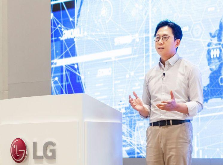 배경훈 LG AI연구원장이 17일 비대면 방식으로 진행된 'AI토크콘서트'에서 발표하고 있다.(사진제공=LG)