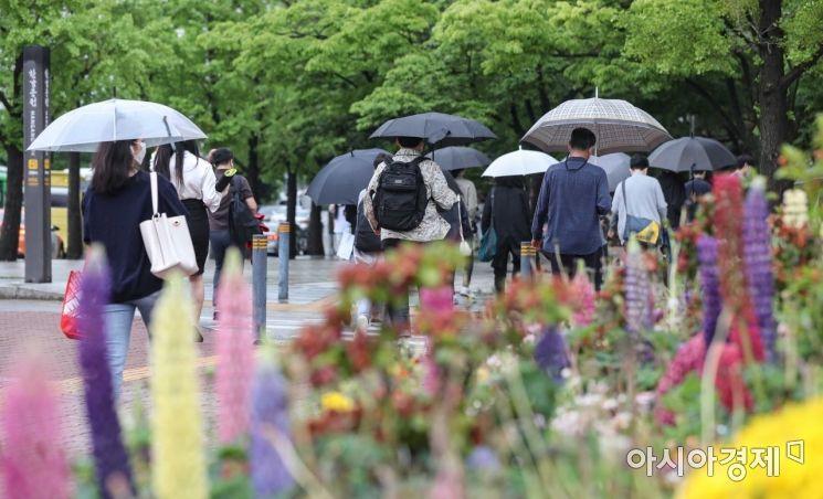 [포토]비 내리는 월요일 출근길