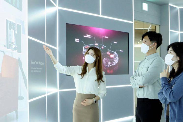 LG이노텍의 임직원 도슨트가 오프라인 전시관 '이노테크홀'에서 관람객들에게 제품 설명을 하고 있다./사진제공=LG이노텍
