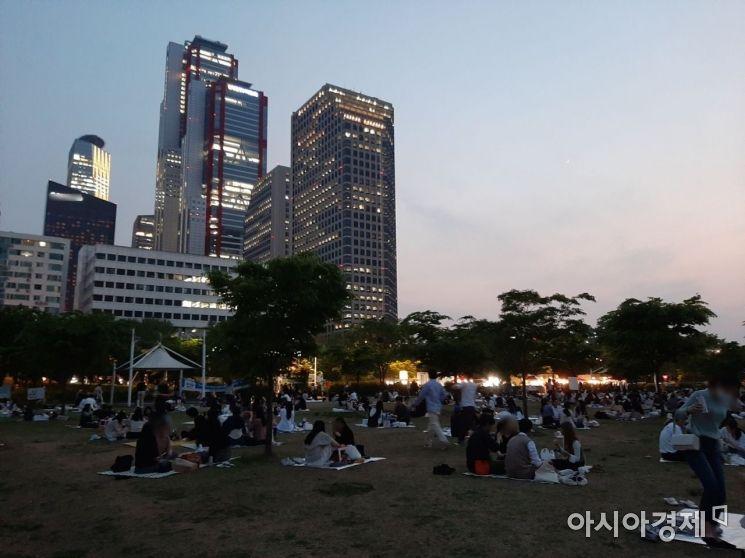 날이 저문 뒤 한강공원에 모여 음주를 즐기는 시민들 모습. / 사진=임주형 기자 skepped@