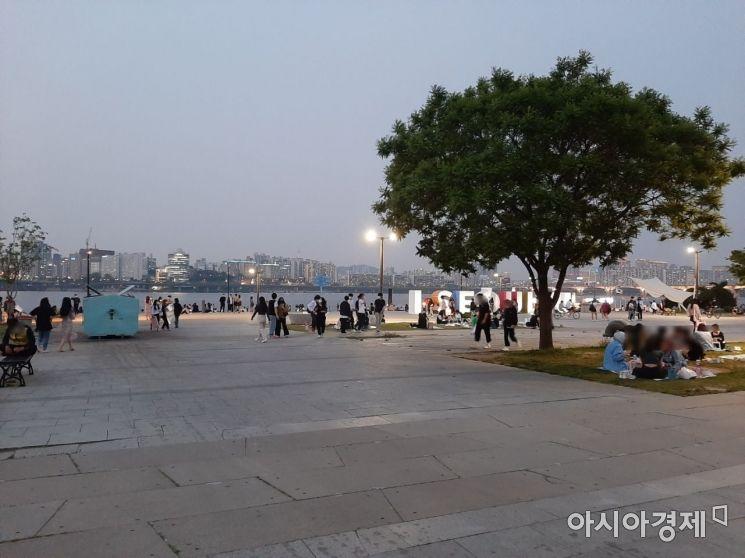 지난 14일 해가 저무는 도중 여의도 한강공원 내 인파가 몰리고 있다. / 사진=임주형 기자 skepped@