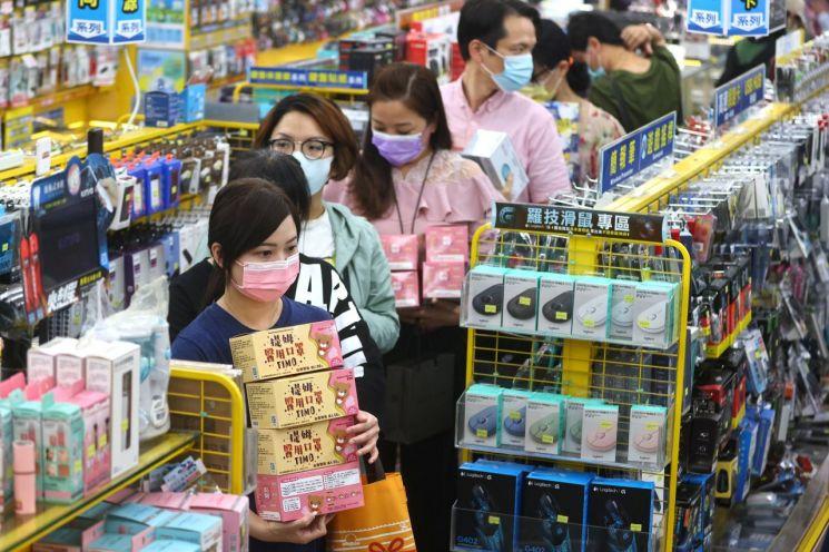 대만에서 감염원이 밝혀지지 않은 신종코로나바이러스감염증(코로나19) 확진 사례가 잇따라 발생함에 따라 지난 12일 수도 타이베이의 한 상점을 찾은 손님들이 마스크 구매를 위해 줄지어서 있다. [이미지출처=연합뉴스]