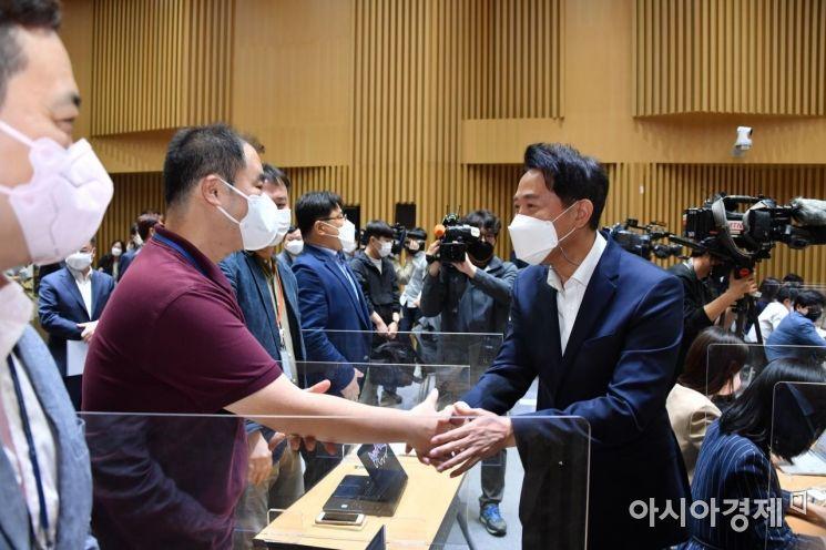 [포토] 취재진과 인사하는 오세훈 시장