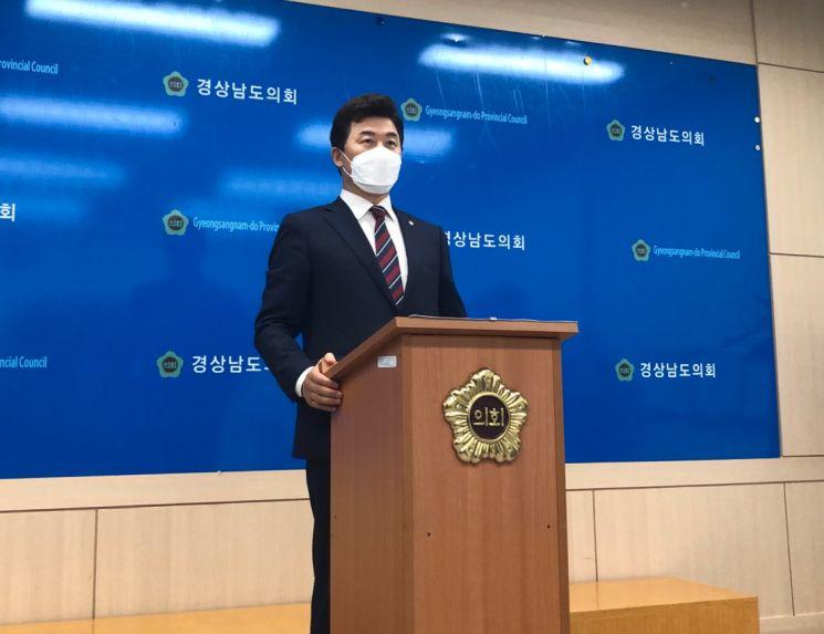 윤영석 의원이 17일 경남도의회에서 기자회견을 열고 당 대표 출마를 선언했다./박새얀 기자sy77@