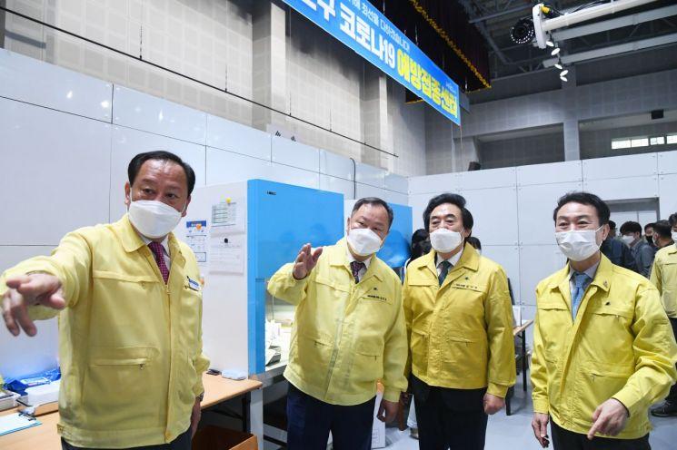 [포토]서울시의회 김인호 의장 등 의장단 마포구 코로나19 예방접종센터 현장방문