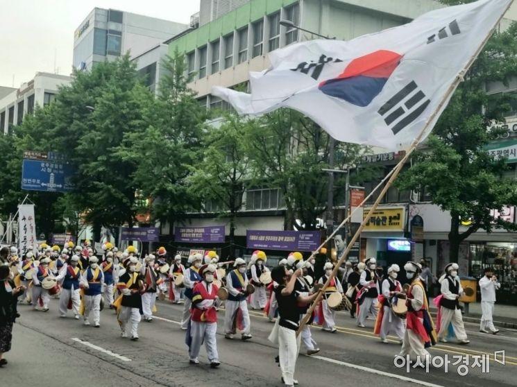 5·18 민주화운동 41주년을 하루 앞둔 17일 오후 광주광역시 동구 금남로에서 전야제 부대행사로 풍물놀이가 진행되고 있다.