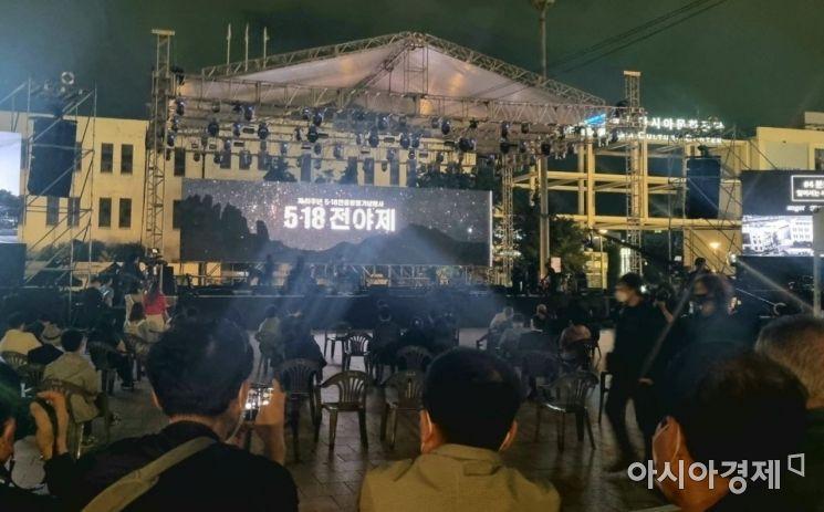 5·18민주화운동 41주년을 하루 앞둔 17일 광주광역시 동구 5·18 민주광장에서 전야제가 펼쳐지고 있다.