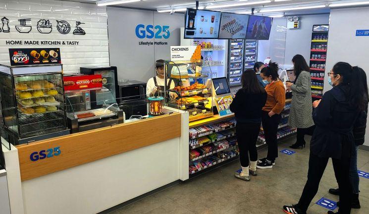몽골 소비자들이 GS25초이진점을 이용하고 있다.