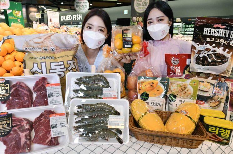 모델들이 서울 등촌동 홈플러스 강서점에서 '수퍼초빅딜 데이' 행사상품을 선보이고 있다.