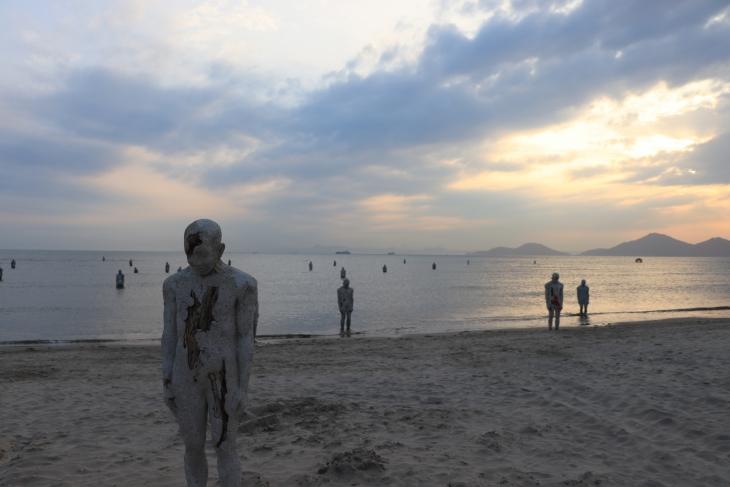 2019년 부산 다대포해수욕장에서 열린 바다미술제 출품작 이승수의 '어디로 가야하는가'. [이미지출처=부산비엔날레]