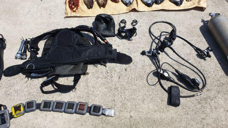 제주에서 고급어종을 불법포획하면서 사용한 잠수장비들.(사진=제주해경청)