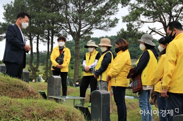 4·16세월호참사가족협의회가 18일 5·18민주화운동 제41주년을 맞아 광주 망월공원 민족민주열사묘역을 찾아 참배하고 있다.