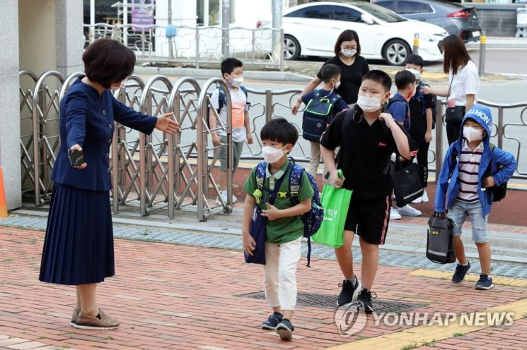한 초등학교에서 선생님이 학생들을 맞이하고 있다. 사진은 기사 중 특정 표현과 무관. [이미지출처=연합뉴스]