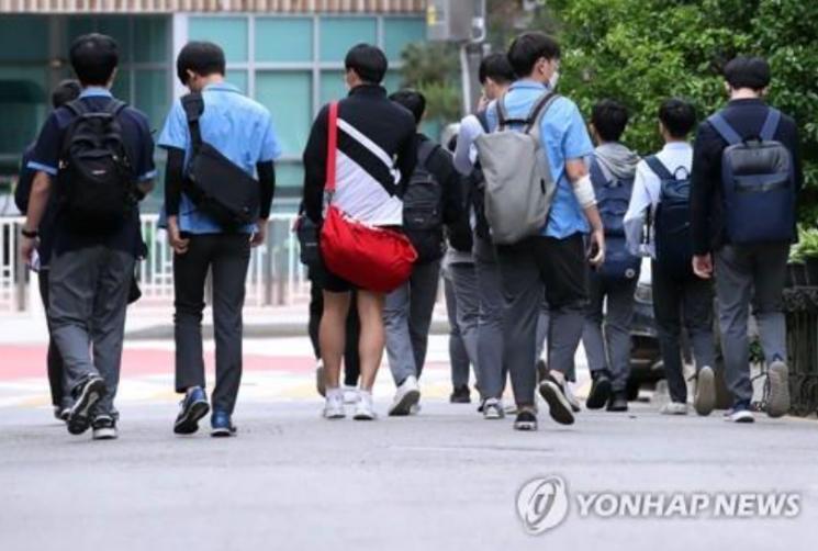 서울 종로구 한 고등학교에서 학생들이 등교 수업을 마치고 귀가하고 있다. 사진은 기사 중 특정 표현과 무관. [이미지출처=연합뉴스]