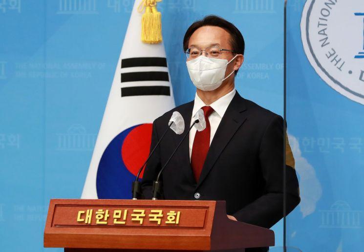 국민의힘 당권에 도전하는 조해진 의원이 18일 오후 서울 여의도 국회 소통관에서 전당대회 관련 기자회견을 하고 있다. (사진제공=연합뉴스)