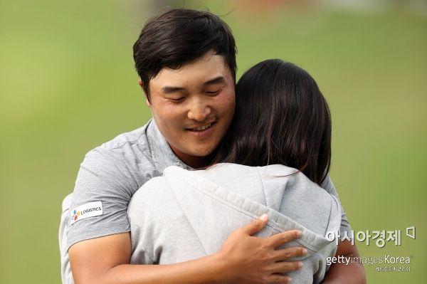 이경훈이 AT&T바이런넬슨 우승 직후 아내 유주연씨와 포옹을 하고 있다. 매키니(美 텍사스주)=Getty images/멀티비츠