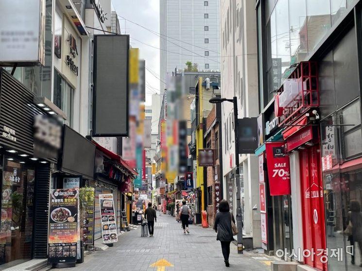 18일 오후 서울 명동거리 골목길을 시민들이 거닐고 있다. 사진=김초영 기자 choyoung@asiae.co.kr