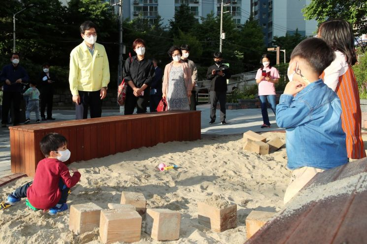 정원오 성동구청장이 18일 오후 응봉동에 위치한 '응삼어린이공원'을 방문, 놀이터에서 만난 아이들에게 소감을 묻고 있다.