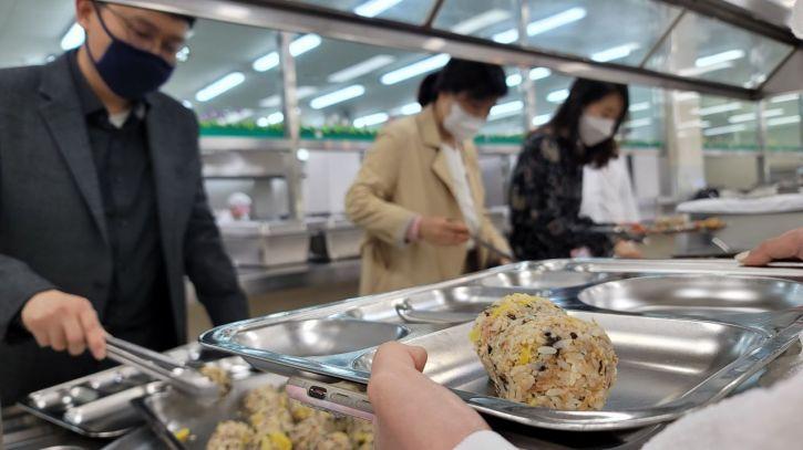 전남도교육청은 5·18 민주화운동 41주년을 맞아 주먹밥 먹기 행사를 실시했다. 사진=전남도교육청 제공