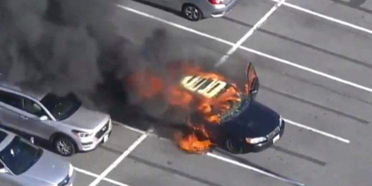 15일(현지시간) 오후 5시30분께 메릴랜드주 몽고메리 카운티의 한 쇼핑센터 주차장에 있던 차량에서 화재가 발생했다. 사진=mcfrsPIO 트위터 캡처
