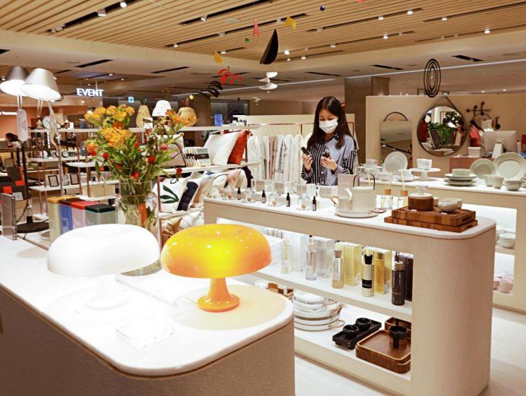 19일 인천시 미추홀구 관교동에 위치한 롯데백화점 인천터미널점 5층 '탑스 메종'에서 고객이 상품을 살펴보고 있다.