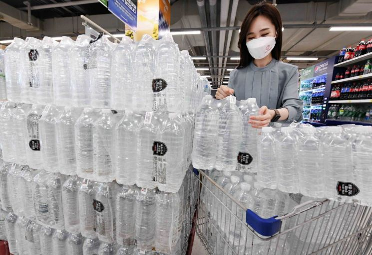 홈플러스의 '시그니처 무라벨 맑은샘물'이 한 달 새 134만병이 판매됐다.