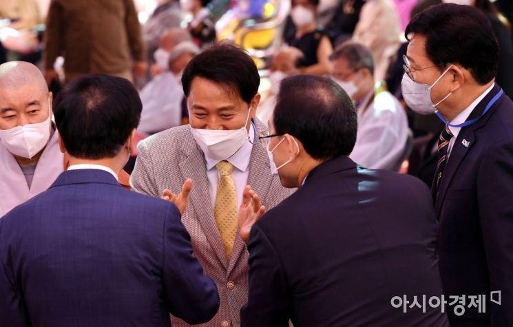 [포토] 참석자들과 인사하는 오세훈 시장