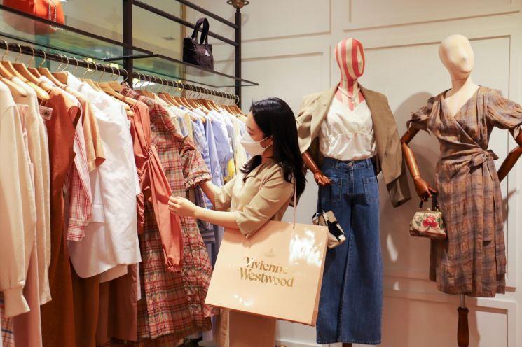 롯데백화점은 오는 21일부터 해외명품을 20~50% 할인된 가격에 선보이는 '해외명품 시즌오프' 행사를 진행한다고 19일 밝혔다. 롯데백화점 고객이 매장을 둘러보고 있다(사진제공=롯데백화점).