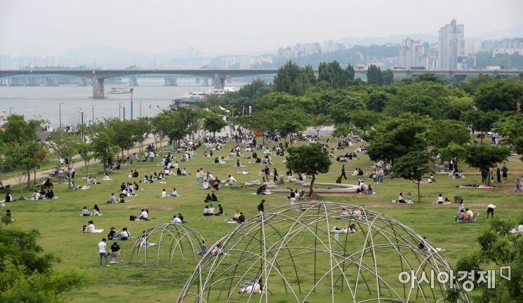 지난달 23일 서울 여의도 한강공원을 찾은 시민들이 휴일 나들이를 즐기고 있다./김현민 기자 kimhyun81@