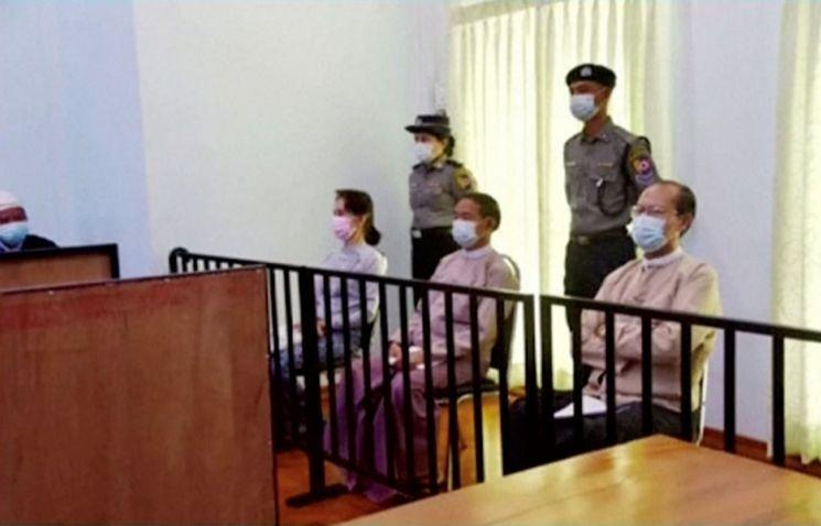 지난달 24일 미얀마 네피도의 특별 법정에서 아웅산 수치 전 국가 고문(왼쪽 두번째)이 법정에 출두해 앉아있는 모습 [이미지출처=로이터연합뉴스]