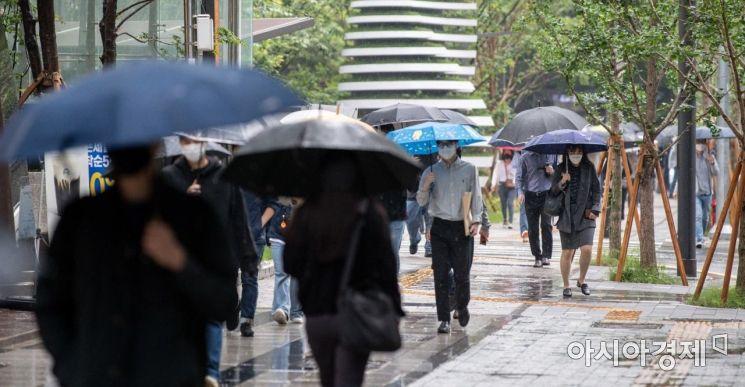 산발적으로 강한비가 내리고 있는 28일 서울 여의도역 인근에서 직장인들이 우산을 쓰고 출근길에 오르고 있다./강진형 기자aymsdream@