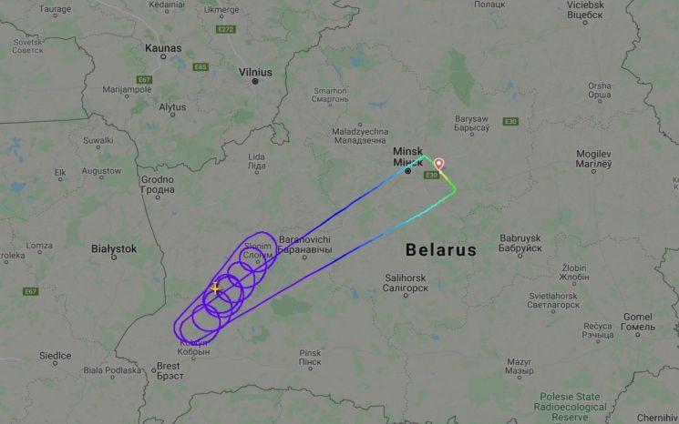 26일(현지시간) 벨라루스 국적 벨아비아항공의 여객기가 벨라루스 민스크에서 출발해 스페인 바르셀로나로 가는 도중 폴란드 국경 인근에서 계속 선회 비행하고 있다. 이는 폴란드 당국이 벨아비아항공의 자국 영공 진입을 금지한 데에 따른 것으로 결국 폴란드 영공을 통과하지 못한 이 여객기는 민스크로 회항했다. [이미지출처=로이터연합뉴스]
