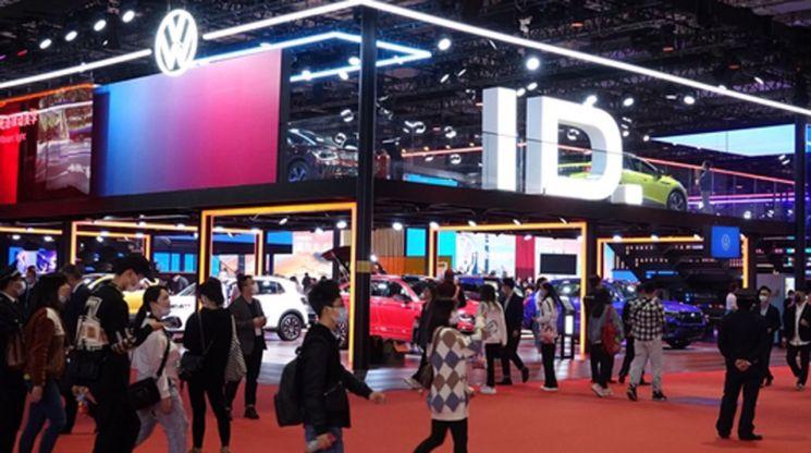 지난 4월19일 중국 상하이 국가회의전람센터(NECC)에서 개막한 제19회 상하이 모터쇼 현장의 폭스바겐 전시장.     폭스바겐은 전기차 전용 모델인 'ID.' 시리즈를 전면에 내세웠다. [이미지출처=연합뉴스]