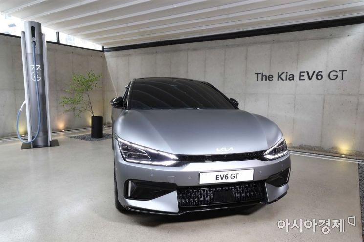 1일 서울 성동구 코사이어티에서 기아 전기차 'EV6' 실차 전시 행사가 열렸다. 내년에 출시 예정인 EV6 GT 모델이 전시돼 있다. /문호남 기자 munonam@