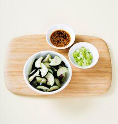 2. 가지는 껍질째 먹기 좋은 크기로 썰어 소금물에 10분 정도 절여 물기를 뺀다. 대파는 송송 썰고 분량의 양념장 재료를 모두 섞는다. (tip. 소금은 물에 녹여서 넣어준다.)