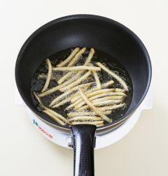 1. 감자는 180℃의 튀김기름에 바삭하게 튀겨 키친타월에 얹어 기름을 뺀다.