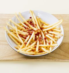 3. 그릇에 감자튀김을 담고 베이컨을 뿌린다.