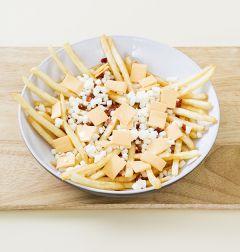 4. 감자튀김에 슬라이스 치즈 2장과 모차렐라 치즈 1/2컵을 골고루 얹는다.