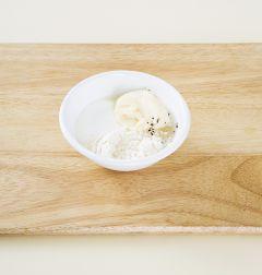 6. 분량의 디핑 소스 재료를 골고루 섞어 감자튀김에 곁들인다. (tip. 냉동감자대신 생감자를 활용할때에는 감자를 일정한 두께로 썰어서 찬물에 담가 전분기를 빼고 체에 걸러 키친타올로 물기를 완전히 제거한 다음 튀긴다.)
