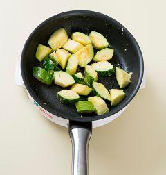 2. 팬에 들기름을 두르고 다진 마늘을 넣어 볶다가 마늘향이 나면 애호박을 넣고 중간 불에 2분 정도 볶는다.