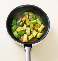4. 애호박이 무르게 익으면 고춧가루를 넣고 소금으로 간을 한 후 깨소금을 뿌린다.