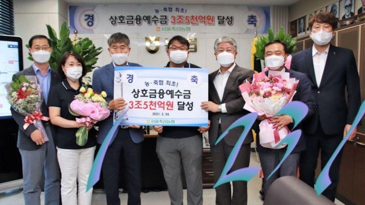 El día 1, empleados como el presidente de la Asociación Ganadera de Seúl, Jin Gyeong-man (tercero desde la izquierda), la sede de la Cooperativa Agrícola de Seúl, Lee Dae-yup (tercero desde la derecha), la Universidad Seo Yong, el Director Ejecutivo de Crédito Cooperativo Ganadero de Seúl (segundo desde la derecha) y Kim Nam-jin, Grupo de apoyo financiero mutuo de Nonghyup Seúl (primera a la derecha), etc. Celebrando el logro.[사진제공=서울농협]