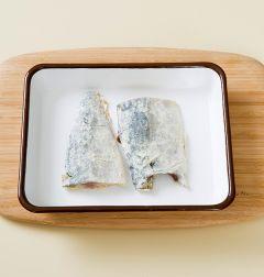 1. 고등어는 구이용으로 준비하여 손질하여 소금, 후춧가루, 카레가루를 뿌린 후 녹말가루를 골고루 입힌다.