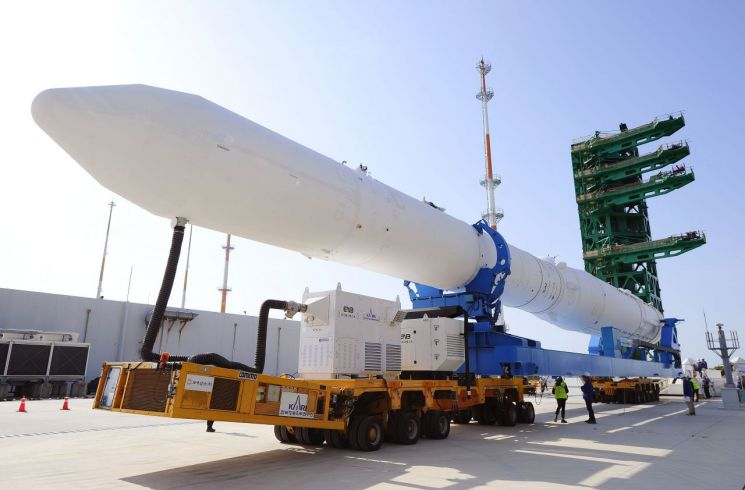 지난 1일 전남 고흥군 외나로도 나로우주센터에서 첫 한국형 우주 발사체 '누리호'의 완성체 인증모델이 처음으로 공개돼 발사대에 기립됐다. 누리호 완성체가 발사대로 이송되고 있는 모습. 사진제공=한국항공우주연구원(KARI)