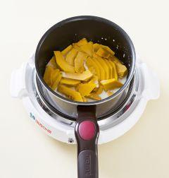 2. 단호박은 껍질을 벗겨 썰어 냄비에 버터를 약간 두르고 1분 정도 볶는다. 우유 2컵을 넣고 중간 불로 끓여 끓으면 약한 불로 줄이고 10분정도 삶는다.