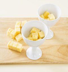 5. 스펀지케이크는 갈색 부분을 제거한 후 작은 주사위 모양으로 자른 다음 컵에 담는다.